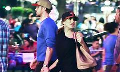 Ryan Gosling và bạn gái hẹn hò trong công viên Disney