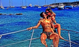 Vợ chồng Firmino quấn lấy nhau trên du thuyền