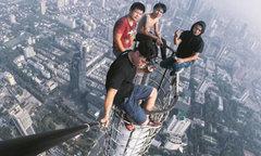 Nhóm thanh niên trèo lên tháp cao 450 m chụp hình selfie
