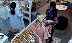 Người phụ nữ trộm quần áo ở cửa hàng rồi ung dung ra phố ngồi bán