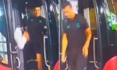 C. Ronaldo suýt 'vồ ếch' khi xuống xe bus của đội