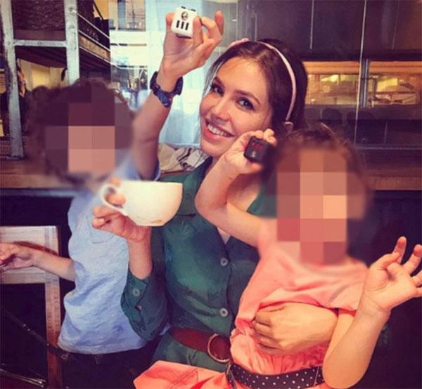 Người đẹp Dasha Zhukova không đeo nhẫn cưới trong bức ảnh chụp cùng hai con nhân dịp sinh nhật