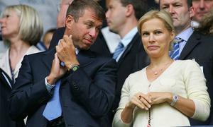 Ông chủ Chelsea tham khảo ý kiến vợ hai khi chia tay vợ ba