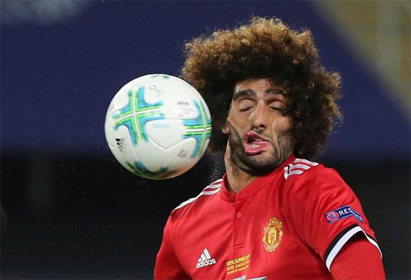 Khoảnh khắc Fellaini bị bóng đập vào mặt