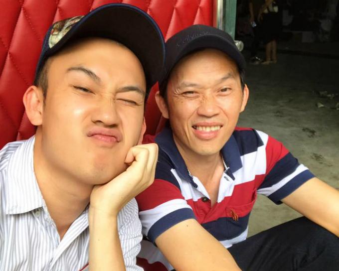 Dương Triệu Vũ khoe ảnh với ông anh trai nổi tiếng. Anh viết: Có ông anh nổi tiếng là đẹp trai thích thiệt. Ông Tư và ông Bảy.