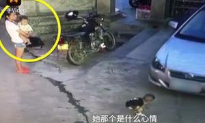 Cô gái trẻ thờ ơ đứng nhìn bé trai bị xe cán ngay trước mặt
