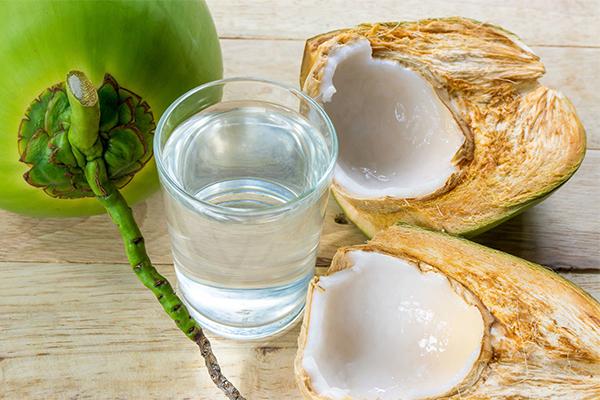 Nước dừa là thức uống được ưa chuộng nhất mùa hè vì ngon ngọt, mát lạnh, vừa làm đẹp da, lại vừa hỗ trợ giảm cân hiệu quả.