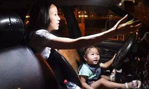 Con nhỏ theo mẹ đơn thân chạy taxi đêm suốt 3 năm