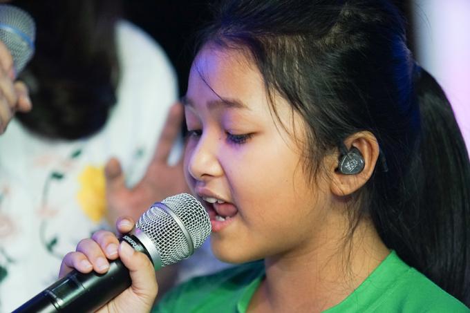 van-mai-huong-thich-thu-vi-duoc-song-ca-voi-hoc-tro-thien-khoi-6