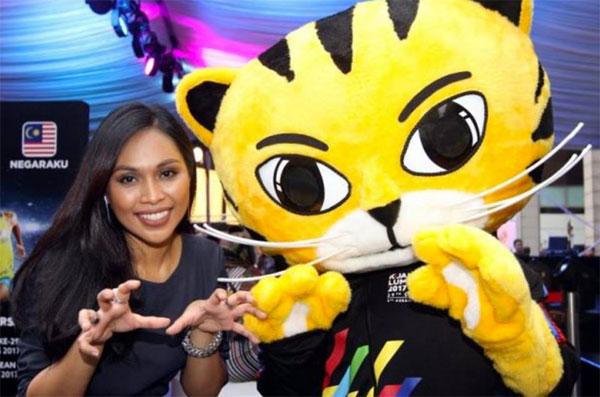 Nữ ca sĩ Malaysia bên linh vật