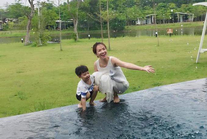 Đan Lê hạnh phúc bên gia đình trong kỳ nghỉ. Cô viết: chỉ có tình yêu của mẹ dành cho con là không bao giờ thay đổi hay quên lãng.