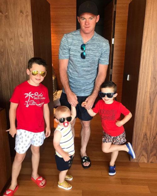 Tiền đạo MU và ba cậu con trai đáng yêu.