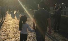 Triệu Vy chia sẻ 'khoảnh khắc yêu thương' của chồng và con gái