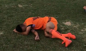 Hot boy Huy Toàn ngã dúi dụi vì trò chơi 'dị' trên sân tập
