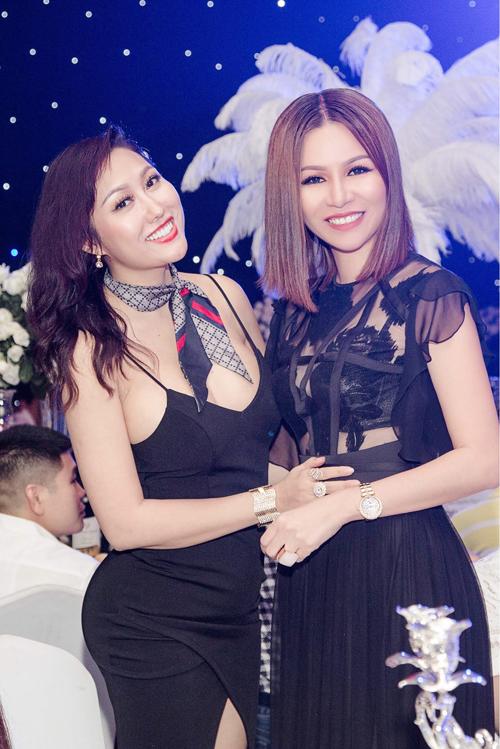 Đầm đen phối hợpăn ý nhất với trang sức vàng ánh kim. Nữ doanh nhân cùng diễn viên Phi Thanh Vân đềumix&match phụ kiện ton-sur-ton.