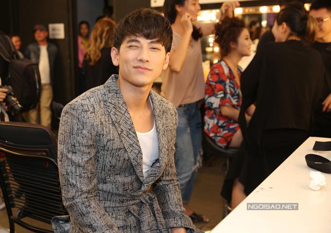 van-mai-huong-bich-phuong-make-up-ky-luong-truoc-gio-len-song-3