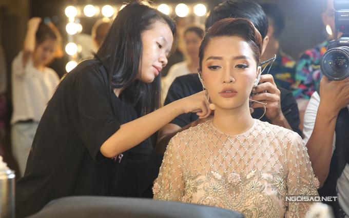 van-mai-huong-bich-phuong-make-up-ky-luong-truoc-gio-len-song-1
