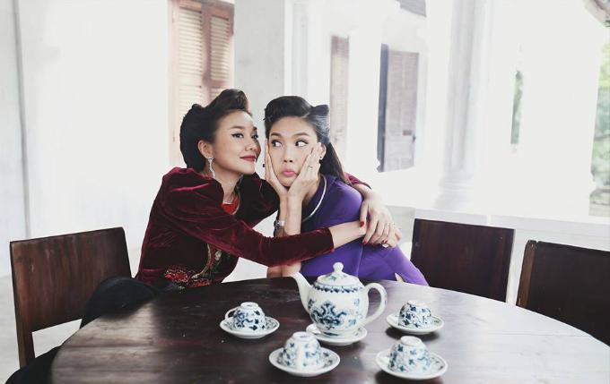 Mẹ chồng Thanh Hằng và con dâu Lan Khuê làm mặt hài hước, ôm nhau thân thiết.
