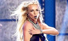 Britney Spears khiếp đảm khi một người đàn ông lao lên sân khấu