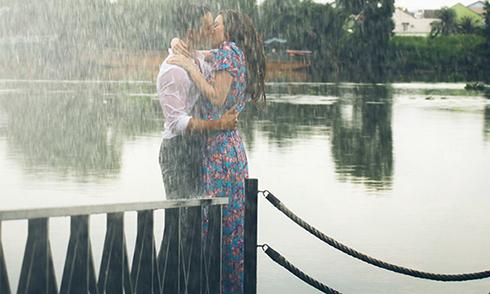 Kim Lý - Hồ Ngọc Hà gạt ngượng ngùng hôn nhau say đắm