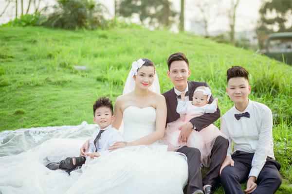 Vợ chồng Hạ Vy chụp ảnh kỷ niệm 15 năm ngày cưới cùng các con.