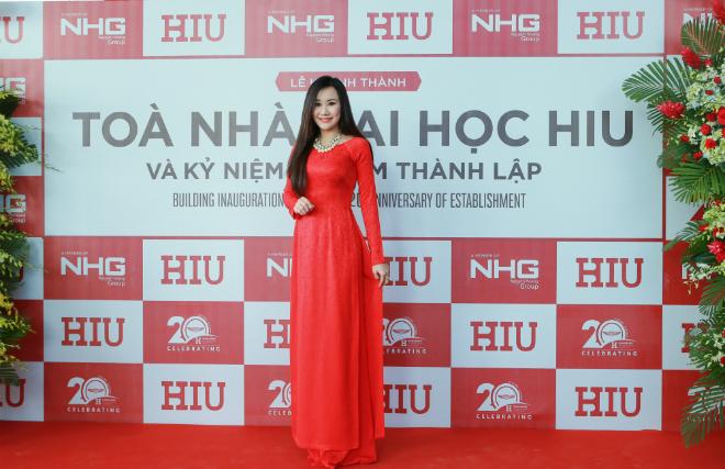 Ca sĩ, MC Nguyệt Ánh mới đây xuất hiện rạng rỡ tại lễ khánh thành toà nhà Con tàu tri thức của Đại học Quốc tế Hồng Bàng (HIU). Buổi lễ tổ chức ngày 10/8 trùng dịp kỷ niệm 20 năm ngày thành lập trường.