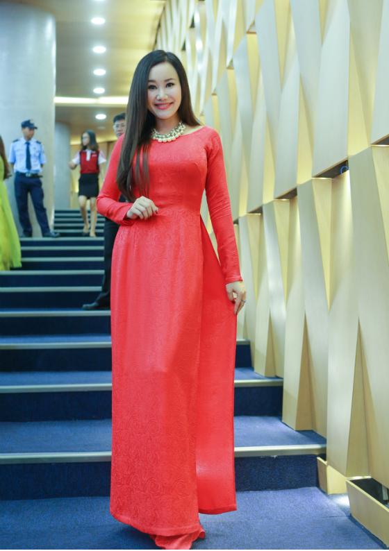 Người đẹp duyên dáng trong tà áo dài màu đỏ, buông tóc dài giản dị như nữ sinh năm nhất.