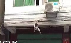 Hàng xóm nhanh trí giải cứu cho bé trai bị mắc trên dây điện