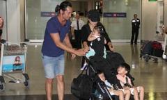 Trần Hào 'đứng ngồi không yên' chờ đón vợ con ở sân bay