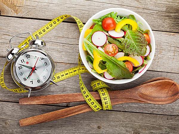 Chuyên gia dinh dưỡng khuyên rằng, bữa tối nên được ăn trước 4 tiếng so với thời gian đi ngủ để cơ thể có đủ thời gian tiêu hoá và chuyển hoá năng lượng.