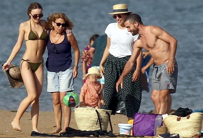 con-gai-18-tuoi-cua-johnny-depp-mac-bikini-sexy-khoe-dang-tren-bai-bien-6