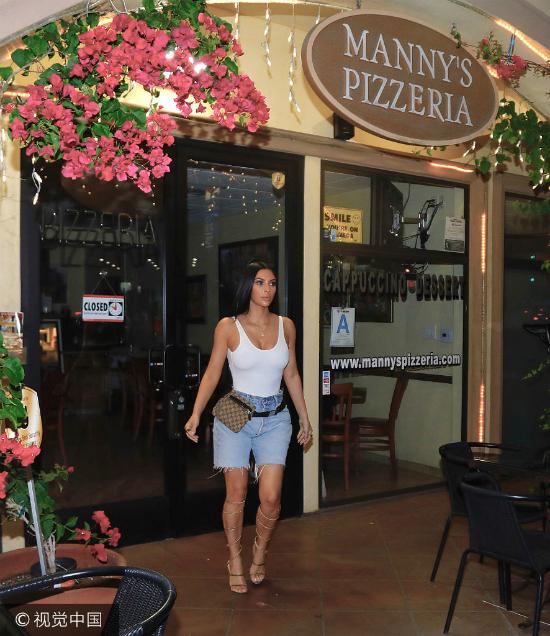 Kim Kardashian đến một cửa hàng ở Los Angeles để thưởng thức món pizza vào tối muộn, tuy nhiên cửa hàng đã đóng. Ngôi sao truyền hình Mỹ