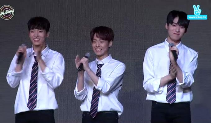 Ba chàng trai nhóm gửi lời chào tới khán giả.