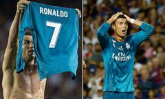 C. Ronaldo giơ áo giống Messi, trêu ngươi fan Barca