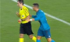 C. Ronaldo đẩy trọng tài sau khi bị rút thẻ đỏ