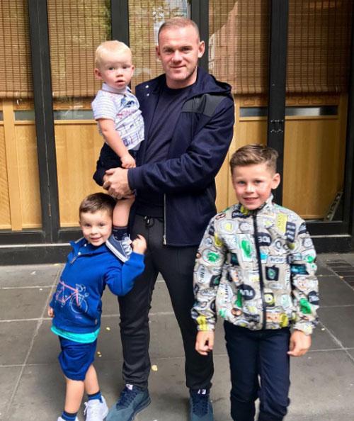 Rooney bên 3 cậu con trai đáng yêu.