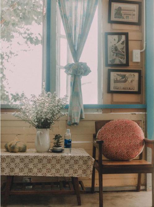 Chăn ấm, đệm êm đều mang họa tiết hoa nhí nhẹ nhàng, sàn lát sạch hoa, thêm một bộ bàn ghế cổ điển từ thời các cụ. Những căn phòng nhỏ nhỏ xinh xắn này chắc chắn sẽ cho bạn cảm giác ấm cúng và nhẹ nhàng luôn được chuẩn bị sạch sẽ, gọn gàng.