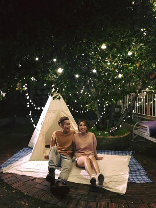 Không gian ngoài trời là ưu điểm lớn nhất ở Yêns với túp lều ngắm trăng sao, khoảng sân nhỏ xinh, bàn trà ngoài trời dưới tán cây, xích đu màu sắc... Dù ban ngày hay ban đêm đều có thể mang tới cho bạn một nghìn kiểu ảnh sống ảo đẹp miễn chê.