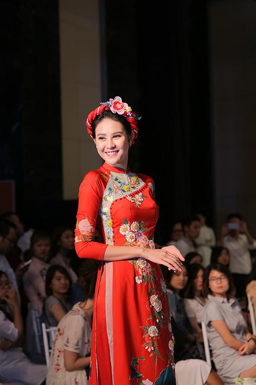 rong triển lãm cưới 2017 diễn ra ở Hà Nội ngày 14/8 vừa qua, siêu mẫu quốc tế Phan Hà Phương đã hoá thân thành nàng dâu lộng lẫy trong bộ áo dài màu đỏ rạng rỡ.