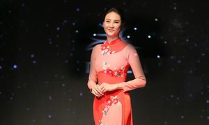 Siêu mẫu quốc tế Phan Hà Phương làm vedette với áo dài cách tân