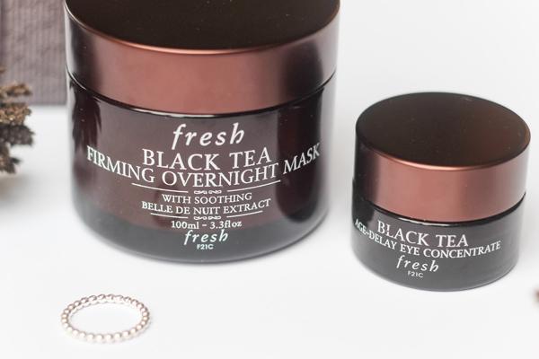 Fresh Black Tea Firming Overnight Mask Mặt nạ ngủ của Fresh thích hợp với những nàng có làn da khô. Công thức dưỡng ẩm chuyên sâu công thức chứa peptide (thành phần các phân đoạn protein) sẽ làm săn chắc làn da, cùng hương thơm dịu nhẹ mang lại sự thư thái, đưa nàng chìm vào một giấc ngủ ngon.