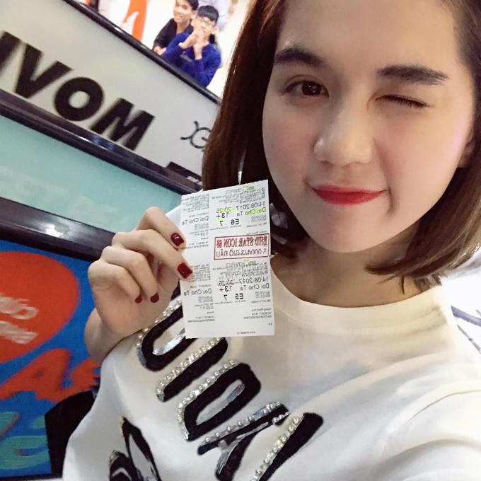 Ngọc Trinh ăn mặc giản dị tới xem phim ủng hộ Tú Vi. Cô viết: Phim cực vui, cực dễ thương chị Tú Vi ơi.