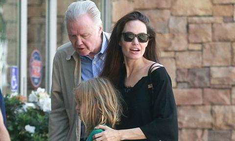 Angelina Jolie tình cảm bên bố đẻ sau nhiều năm lạnh nhạt