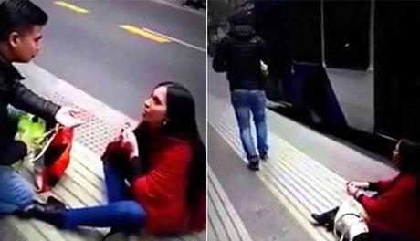 Cô gái bị bỏ rơi sau màn cầu hôn bạn trai giữa phố
