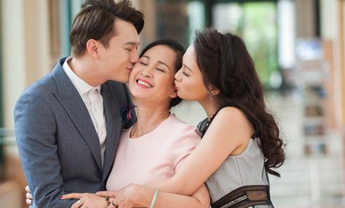 Bảo Thanh, Anh Dũng đồng loạt hôn má 'mẹ' Lan Hương