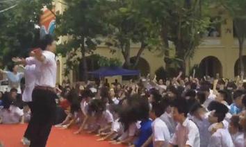 Thầy giáo nhảy tưng bừng với học sinh ngày tổng kết hè