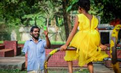 Người cha ăn xin tiết kiệm 2 năm mới đủ tiền mua váy mới cho con