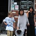 Con gái út của Jolie mặc đồ tom boy dắt chó đi dạo