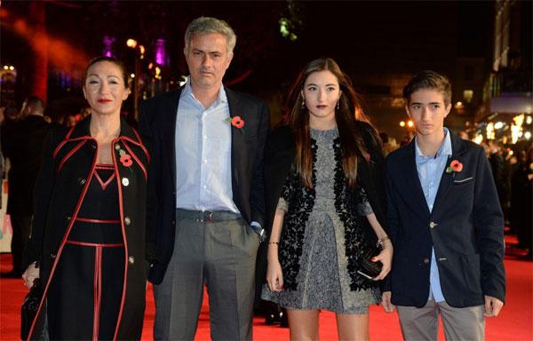 Vợ chồng HLV Mourinho bên hai con.