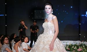 'Gái một con' Huyền Thư sexy khi diện váy cưới
